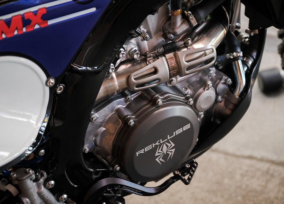 Кросс со стилем: боевая Yamaha YZ450FX выбирает олд-скул