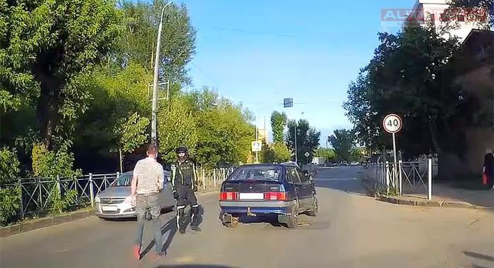 Мотоциклист против автомобилиста с пистолетом