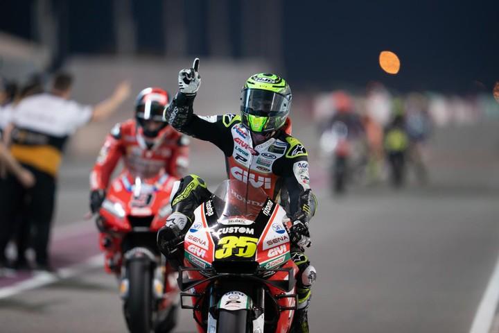 Он сделал это: травмированный пилот MotoGP приехал на подиум