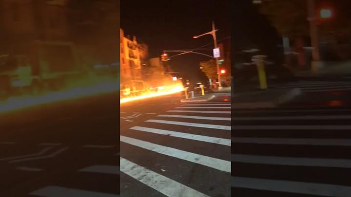 Машина протащила пылающий мотоцикл по улице.