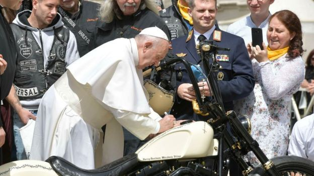 Harley-Davidson с автографом Папы Римского продан за 42 тыс. фунтов