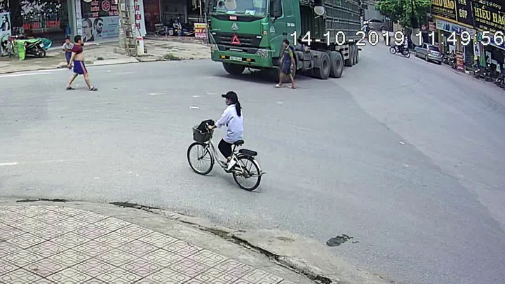 Велосипедист против грузовика